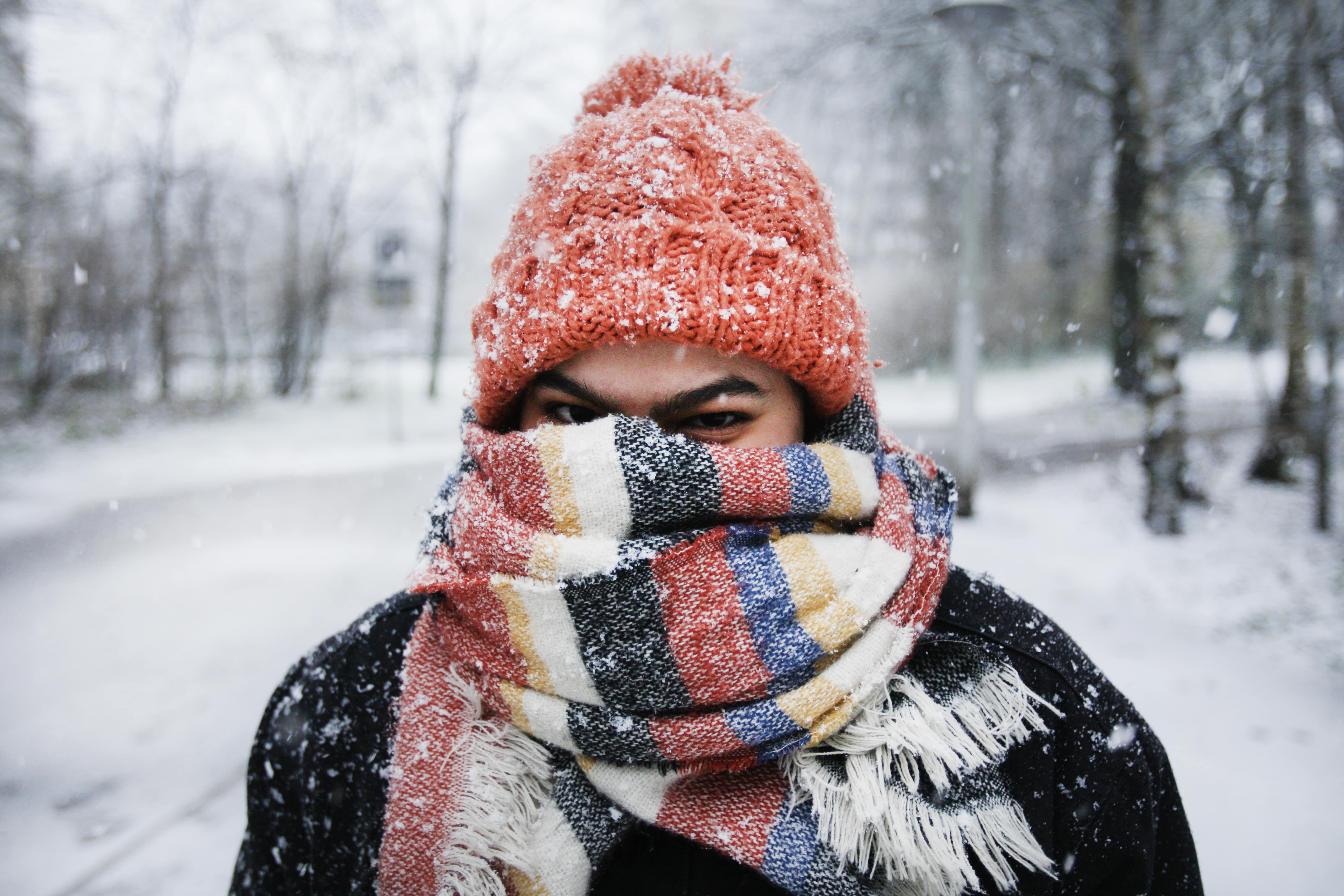 Nainen lumisateessa.